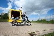 Een man fietst kinderen rond in een speciale bakfiets. In Nijmegen vindt voor de derde keer het International Cargo Bike Festival plaats. Het tweedaags evenement richt zich op het gebruik en de gebruikers van bakfietsen. Bakfietsen worden in heel Europa steeds vaker ingezet, zowel door particulieren als bedrijven. Het is een duurzame vorm van transport en biedt veel voordelen.<br /> <br /> In Nijmegen for the third time the International Cargo Bike Festival is hold. The two-day event focuses on the use and users of cargobikes. Cargo bikes are increasingly being deployed across Europe, both individuals and businesses. It is a sustainable form of transport and offers many advantages.