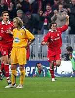 Fotball<br /> UEFA Champions League<br /> 18.10.2005<br /> Bayern München v Juventus 2-1<br /> Foto: imago/Digitalsport<br /> NORWAY ONLY<br /> <br /> Martin Demichelis (re.) und Valerien Ismael (beide Bayern) - Torjubel, Pavel Nedved (Juventus) enttäuscht