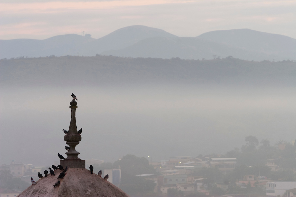 Congonhas_MG, Brasil...Vista panoramica de Congonhas com neblina...The Congonhas Panoramic view with the fog...Foto: LEO DRUMOND / NITRO.