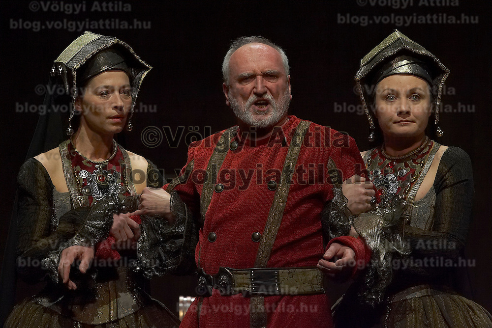 Maria Varga (L) as Goneril, Peter Blasko (C) as King Lear and Andrea Soptei (R) as Regan in William Shakespeare's King Lear premiere in Hungarian National Theatre directed by Laszlo Bocsardi. Budapest, Hungary. Wednesday 07 February 2007. ATTILA VOLGYI