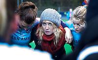 BILTHOVEN - HOCKEY - De geschorste Willemijn Bos van Laren, met haar teamgenoten ,  na de hoofdklasse competitiewedstrijd tussen de dames van SCHC en LAREN (2-2). COPYRIGHT KOEN SUYK