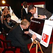 Benefietdiner tbv Orange Babies door Dinerjaarkaart, Rene Froger ondertekend de kaart
