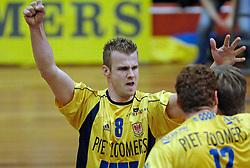 06-04-2005 VOLLEYBAL: PIET ZOOMERS D-OMNIWORLD: APELDOORN<br /> <br /> De finale van de strijd om de landstitel gaat tussen ORTEC.Nesselande en Piet Zoomers/D. De ploeg uit Apeldoorn won woensdagavond de vierde wedstrijd van de halve finale met 3-0 (25-21, 26-24, 26-24) en heeft deze best-of-five nu gewonnen - Joost Kooistra<br /> <br /> ©2005-WWW.FOTOHOOGENDOORN.NL