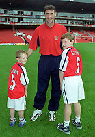 Martin Keown (Arsenal) with his two children. 26/9/2000 Arsenal v Charlton Athletic. Credit: Colorsport / Andrew Cowie.