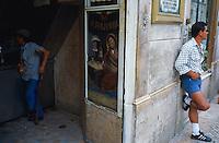 Portugal. Lisbonne. Cafe dans la vieille ville. // Portugal. Lisbon. Bar in the old city.