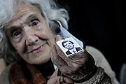 20210519/ Javier Calvelo - adhocFOTOS/ URUGUAY/ MONTEVIDEO/ Conferencia de prensa de Madres y Familiares en visperas de un nuevo 20 de mayo donde se realiza la Marcha del Silencio en forma virtual por segundo año consecutivo.<br /> En la foto: Alba González con la foto de Rafael Lezama, durante la conferencia de prensa de Madres y Familiares de Detenidos, en la Asociación de la Prensa en Montevideo. Foto: Javier Calvelo / adhocFOTOS
