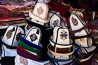 Kirghizistan, province de Och, ville de Och, le vieux bazar, le Ak Kalpak, chapeau traditionnel kirghiz // Kyrgyzstan, Och province, Och city, old bazar, Ak Kalpak, traditional kirghiz hat
