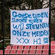 LAREN -  Hockey Hoofdklasse Dames: Laren v Pinoké, seizoen 2020-2021. Foto: Spandoek met aanmoedigingen voor Laren D1