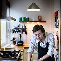 Nederland, Amsterdam , 8 januari 2012..Acteur Marijn Klaver bakt hier op de foto brood..Marijn heeft een bijbaan als cateraar..Foto:Jean-Pierre Jans