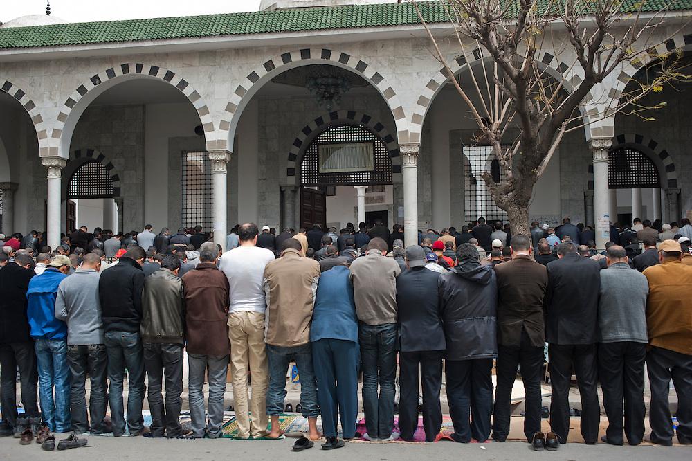 Salafi pray in the street outside the Salafi mosque El Fath in Tunis..Prière de rue a l'extérieur du mosquée salafiste El Fath, Tunis