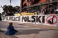 03.10.2015 Bialystok woj podlaskie Ponad 2000 osob przeszlo w antyimigranckim marszu ulicami Bialegostoku . Uczestnicy obok hasel skierowanych przeciwko przyjmowaniu imigrantow do Polski nioslo bialo-czerwone flagi i inne symbole narodowe fot Michal Kosc / AGENCJA WSCHOD