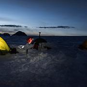 Eine Gruppe von Forscher und Fotografen/ Videografen biwakieren auf dem Gletscher Plaine Morte.