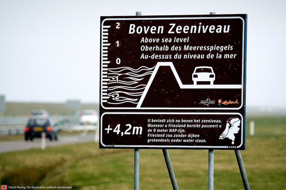 Nederland Den Oever Zurich 22 november 2008 20081122 Foto: David Rozing ..Serie afsluitdijk. De Afsluitdijk is een belangrijke waterkering en verkeersweg in Nederland. De waterkering sluit het IJsselmeer af van de Waddenzee. Hieraan ontleent de dijk zijn naam. De verkeersweg, onderdeel van Rijksweg a7, verbindt Noord-Holland met Friesland...Informatiebord zeeniveau bij afsluitdijk: + plus 4,2 meter boven zeeniveau / above sealevel  deltaplan..Foto David Rozing