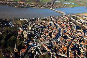 Nederland, Gelderland, Zutphen, 01-20-2011; Oude binnenstad op donderdagse marktdag, marktkramen, markt op de Zaad-, Hout-, en Groenmarkt. Sint Walburgiskerk.  De IJssel met de brug (Kanonsdijk) links boven.  Hoogwater in de IJssel..Marketday in the old center of the Hansa city of Zutphen. High water in the river IJssel. luchtfoto (toeslag), aerial photo (additional fee required).copyright foto/photo Siebe Swart