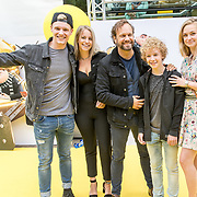 NLD/Amsterdam/20170617 - Première Verschrikkelijke Ikke 3, vlogger Enzo Knol en partner Dee van der Zeeuw met Carlo Boszhard, Jelle Stout en Pip Pellens
