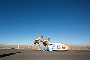 De VeloX3 van het Human Power Team Delft en Amsterdam wordt gestart. Het team, bestaande uit studenten van de TU Delft en de VU Amsterdam wil het record breken van 133 km/h. In Battle Mountain (Nevada) wordt ieder jaar de World Human Powered Speed Challenge gehouden. Tijdens deze wedstrijd wordt geprobeerd zo hard mogelijk te fietsen op pure menskracht. Ze halen snelheden tot 133 km/h. De deelnemers bestaan zowel uit teams van universiteiten als uit hobbyisten. Met de gestroomlijnde fietsen willen ze laten zien wat mogelijk is met menskracht. De speciale ligfietsen kunnen gezien worden als de Formule 1 van het fietsen. De kennis die wordt opgedaan wordt ook gebruikt om duurzaam vervoer verder te ontwikkelen.<br /> <br /> The VeloX3 of the Human Power Team Delft and Amsterdam has started. The team, with students of the TU Delft and de VU Amsterdam, wants to set a  new world record. In Battle Mountain (Nevada) each year the World Human Powered Speed Challenge is held. During this race they try to ride on pure manpower as hard as possible. Speeds up to 133 km/h are reached. The participants consist of both teams from universities and from hobbyists. With the sleek bikes they want to show what is possible with human power. The special recumbent bicycles can be seen as the Formula 1 of the bicycle. The knowledge gained is also used to develop sustainable transport.