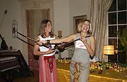 Cat de Rham and Maya Fiennes dinner party. House of Cat de Rham and Jonathan Dwek. Ovington Sq. 29 June 2001. © Copyright Photograph by Dafydd Jones 66 Stockwell Park Rd. London SW9 0DA Tel 020 7733 0108 www.dafjones.com