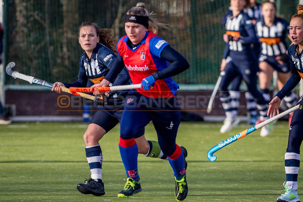 BILTHOVEN -  Hoofdklasse competitiewedstrijd dames, SCHC v hdm, seizoen 2020-2021.<br /> Foto: Mila Muyselaar (hdm) en Pien van der Heide (hdm) achtervolgen Laurien Leurink (SCHC)