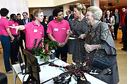 Prinses Beatrix en Prinses Mabel bij de uitreiking van De Prins Friso Ingenieursprijs 2016 in hogeschool InHolland in Delft, de stad waar prins Friso lucht-en ruimtevaarttechniek <br /> <br /> Princess Beatrix and Princess Mabel at the presentation of Prince Friso Engineers Price 2016 college InHolland in Delft, the city where Prince Friso aerospace engineering<br /> <br /> Op de foto / On the photo:  Prinses Mabel en Prinses Beatrix krijgen uitleg van studenten /// Princess Mabel and Princess Beatrix get explanations from students