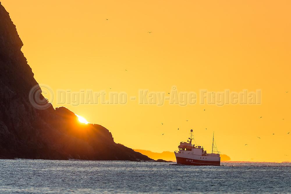 Fishing boat in sunset at the west coast of Norway | Fiskebåten Linebas SF-19-B i solnedgang ved Kvalsvik i Herøy.