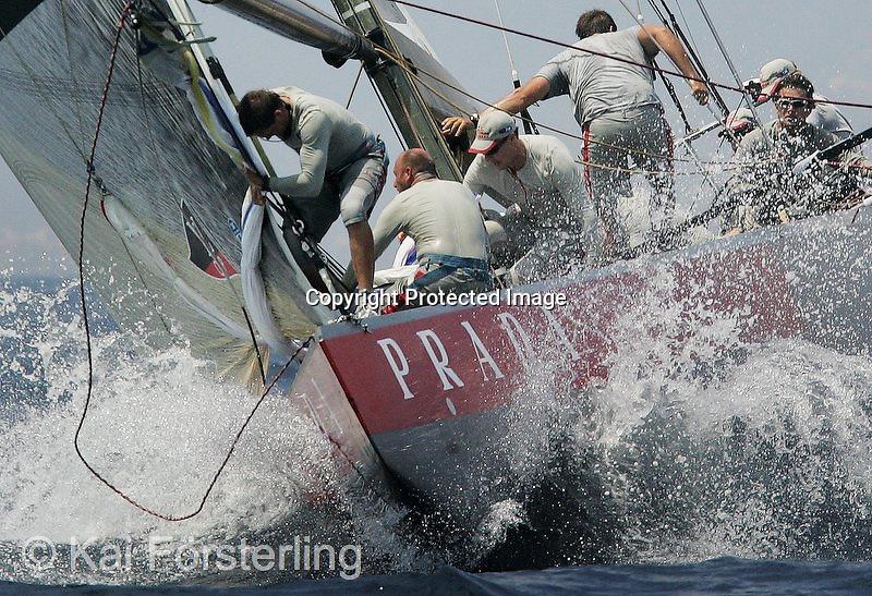 V. 24. Valencia, 21/06/05. El equipo italiano Luna Rossa, rompe el agua durante la sexta jornada del Acto 4 de las prerregatas de la Copa del América, que se ha desarrollado en Valencia. EFE/Kai Försterling.
