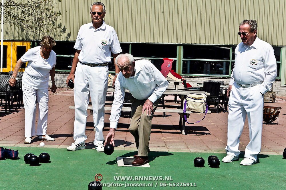 NLD/Huizen/20080507 - Voorzitter Bowlsclub het Gooi gooit laatste bal bij Coronel Sports Huizen