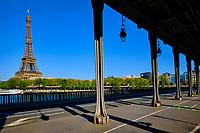 France, Paris (75), la Tour Eiffel depuis le pont de Bir Hakeim durant le confinement du Covid 19 // France, Paris, the Eiffel tower and Bir Hakeim bridge during the lockdown of Covid 19