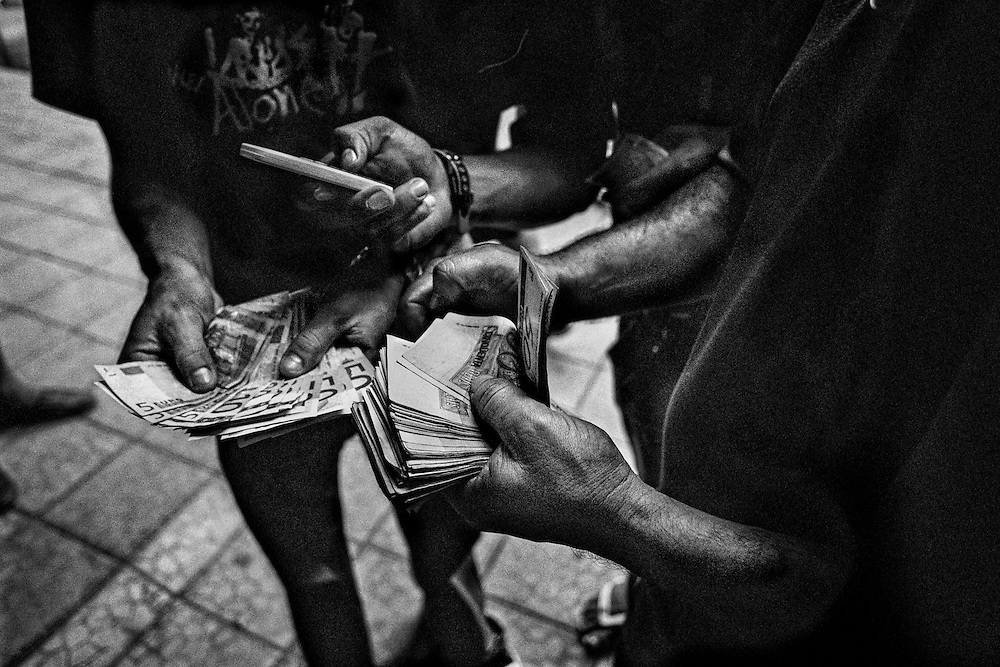 Brazil, Oiapoque, Amapa.   <br />  <br /> Depuis 2007 quelques bureaux de change officiels ont ouvert leurs portes, mais ici, les euros et les <br /> reais se troquent dans la rue à un taux fluctuant en fonction de l'affluence. Le week-end le real vaut plus cher qu'en semaine.