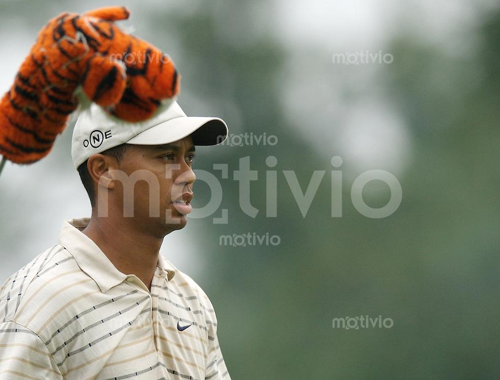 Tiger WOODS (USA) und sein Tieger ueber dem Driver, 3.Runde, 88th PGA Championship Golf, Medinah Country Club, IL, USA