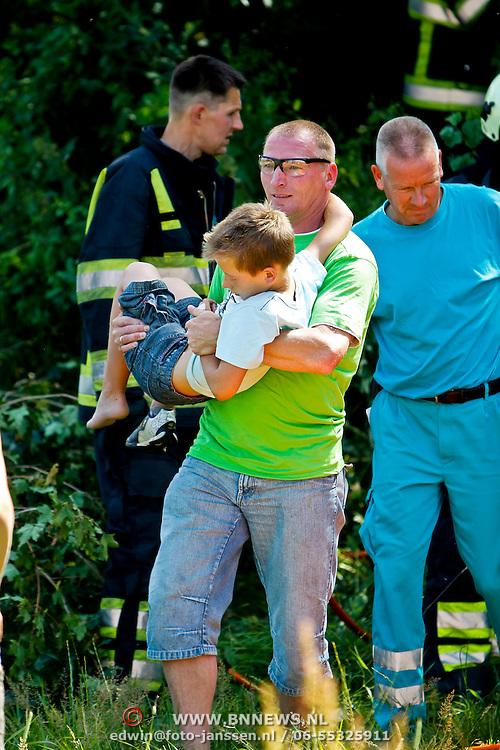 NLD/Huizen/20100707 - Jongetje uit boom gevallen op de Salland Huizen en bekneld met zijn voet tussen de takken, bevrijd door de brandweer