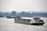 Nederland, Nijmegen,  21-10-2018Een binnenvaartschip vaart met containers die in nederland, rotterdam, op de Maasvlakte geladen zijn richting Ruhrgebied. Het schip kan slechts 20% van haar capaciteit benutten vanwege het lage water in de rijn. Laagterecord verbroken bij Lobith.Foto: Flip Franssen