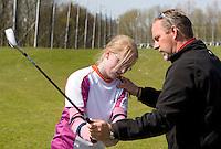 WESTWOUD - Golfles op de Westfriese Golfclub,  voor leerlingen van Tabor sportscholen in Hoorn. Taborscholen zijn middelbare scholen met extra aandacht voor sport. KOEN SUYK