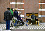 Nederland, Nijmegen, 21-10-2014De piano in het treinstation wordt goed gebruikt.In Nijmegen kwam het instrument er dankzij het particuliere initiatief 'Buiten Spelen . Een spontaan pianoconcert zorgt voor een positieve sfeer op een station volgens de initiatiefneemster..FOTO: FLIP FRANSSEN/ HOLLANDSE HOOGTE
