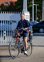 AMSTELVEEN - Assistent coach Rick Mathijssen   arriveert  per fiets , voorafgaand aan de training van het heren hockey team. Net Nederlands elftal heeft toestemming gekregen van het ministerie van VWS, het RIVM en NOC NSF om de groepstrainingen te hervatten tijdens de coronacrisis. COPYRIGHT  KOEN SUYK