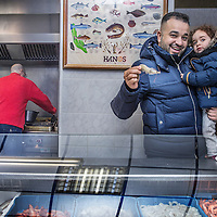 Nederland, Amsterdam, 2 februari 2016.<br /> Mona Ghadir uit de Transvaalbuurt doet boodschappen in de Pretoriastraat om falaffel te maken.<br /> Op de foto: Vis haalt Mona bij de Marokkaanse viswinkel Gibraltar in de Pretoriastraat waar de klant ter plaatse zijn zalm of andere vis vers kan laten bakken of grillen zoals hier de zalm.<br /> <br /> Reportage of egyptian Mona Ghadir living in Amsterdam. Today she shops for ingredients and prepares typical egyptian dishes. <br /> Foto: Jean-Pierre Jans