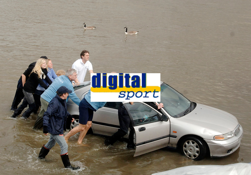 Photo: Daniel Hambury.<br />Varsity Boat Race Preview Day. 29/03/2006.<br />People try to rescue a half sunken car.