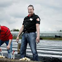 Nederland, Panningen , 24 april 2012..Ondernemer Haral van Beek van de lokale C1000 neemt asperges af bij de lokale aspergeboer Erwin Tillemans..Voor de rubriek Passie van C1000..Foto:Jean-Pierre Jans
