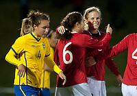 Fotball<br /> 25. Oktober 2011<br /> U 23 Treningskamp <br /> Arna Idrettspark<br /> Norge - Sverige 1 - 0<br /> Catrine Johansson (L) , Sverige depper mens<br /> Ingrid M. Wold (M) gratulerer målscorer Gunnhild Herregården (R) , Norge<br /> Foto: Astrid M. Nordhaug