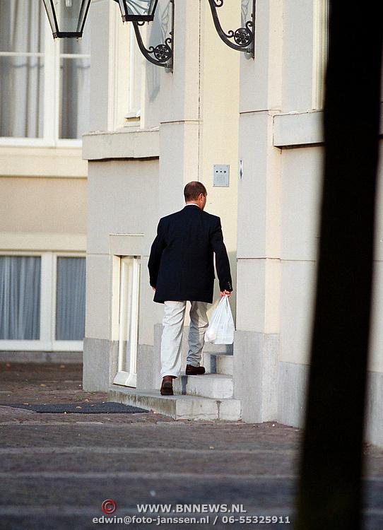 Een van beveiligers Willem Alexander heeft chinees gehaald en gaat paleis Noordeinde binnen