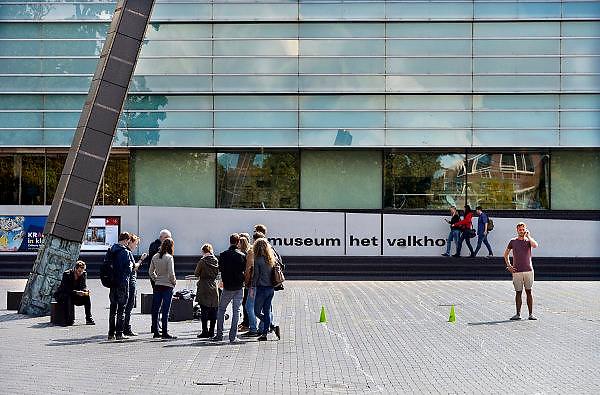Nederland, Nijmegen, 18-8-2014Nijmeegse dag van de introductie voor eerstejaarsstudenten aan de Radboud universiteit, ru.Groepjes eerstejaars verkennen de stad. Op het Kelfkensbos, het plein voor het Valkhofpark en valkhof museum, krijgt een groepje uitleg van een stadsgids die over de geschiedenis van deze oudste stad van Nederland. stadswandelingFoto: Flip Franssen/Hollandse Hoogte