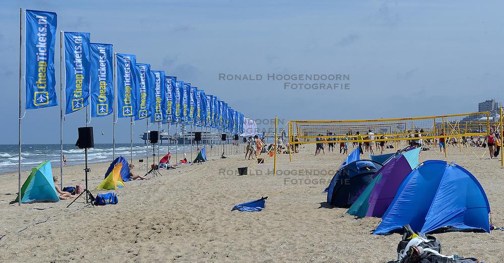 20150627 NED: WK Beachvolleybal day 2, Scheveningen<br /> Nederland heeft er sinds zaterdagmiddag een vermelding in het Guinness World Records bij. Op het zonnige strand van Scheveningen werd het officiële wereldrecord 'grootste beachvolleybaltoernooi ter wereld' verbroken. Maar liefst 2355 beachvolleyballers kwamen zaterdag tegelijkertijd in actie / Vlaggen Cheaptickets