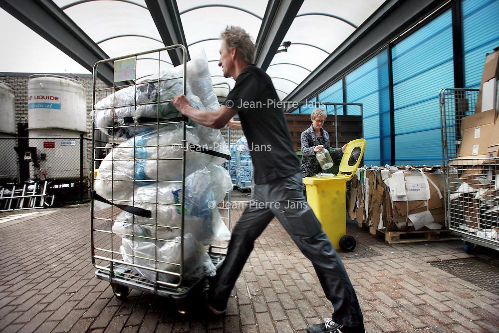 Nederland, Amsterdam , 12 februari 2015.<br /> Het OLVG ziekenhuis heeft de duurzaamheidstempel gekregen voor o.a. het scheiden van afval (zie foto.)<br /> Op de achtergrond milieucoordinator Ellen Parma<br /> Foto:Jean-Pierre Jans