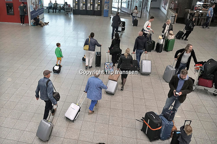 Duitsland, Weeze, 6-5-2017Vlak over de grens ligt het regionaal vliegveld Niederrhein, Weeze, wat in tien jaar uitgegroeid is tot een belangrijke regionale luchthaven en als thuisbasis fungeert voor prijsvechter, chartermaatschappij Ryanair. In de regio bevindt zich ook vliegveld Dusseldorf. Naast passagiersvervoer wordt er veel luchtvracht vervoerd. Passagiers met rolkoffers verlaten de terminal na aankomst.Foto: Flip Franssen