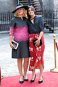 Op Prinsjesdag 2018 spreekt het staatshoofd in de Aankomst Politici Ridderzaal. Staten-Generaal van het Koninkrijk der Nederlanden in verenigde vergadering bijeen de troonrede uit. Daarin geeft de regering aan wat het regeringsbeleid zal zijn voor het komende jaar. <br /> <br /> op de foto / On the photo:  Sigrid Kaag - Buitenlandse Zaken (BZ) met  haar jongste dochter Inas