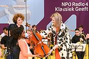 Koningin Maxima geeft het startsein voor NPO Radio 4 Klassiek geeft, de inzamelingsactie voor instrumenten voor muziekonderwijs aan kinderen op basisschool De Kruisboelijn in Den Bosch.<br /> <br /> Queen Maxima gives the starting signal for NPO Radio 4 Classic, the fundraiser for instruments for music to children at primary school De Kruisboelijn in Den Bosch.<br /> <br /> Op de foto / On the photo:  Koningin Maxima geeft het startsein voor NPO Radio 4 Klassiek geeft / Queen Maxima gives gives the starting signal for NPO Radio 4 Classic