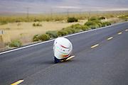 Ellen van Vugt gaat van start tijdens de kwalificaties op maandagochtend. Het Human Power Team Delft en Amsterdam (HPT), dat bestaat uit studenten van de TU Delft en de VU Amsterdam, is in Amerika om te proberen het record snelfietsen te verbreken. In Battle Mountain (Nevada) wordt ieder jaar de World Human Powered Speed Challenge gehouden. Tijdens deze wedstrijd wordt geprobeerd zo hard mogelijk te fietsen op pure menskracht. Het huidige record staat sinds 2015 op naam van de Canadees Todd Reichert die 139,45 km/h reed. De deelnemers bestaan zowel uit teams van universiteiten als uit hobbyisten. Met de gestroomlijnde fietsen willen ze laten zien wat mogelijk is met menskracht. De speciale ligfietsen kunnen gezien worden als de Formule 1 van het fietsen. De kennis die wordt opgedaan wordt ook gebruikt om duurzaam vervoer verder te ontwikkelen.<br /> <br /> The Human Power Team Delft and Amsterdam, a team by students of the TU Delft and the VU Amsterdam, is in America to set a new world record speed cycling.In Battle Mountain (Nevada) each year the World Human Powered Speed Challenge is held. During this race they try to ride on pure manpower as hard as possible. Since 2015 the Canadian Todd Reichert is record holder with a speed of 136,45 km/h. The participants consist of both teams from universities and from hobbyists. With the sleek bikes they want to show what is possible with human power. The special recumbent bicycles can be seen as the Formula 1 of the bicycle. The knowledge gained is also used to develop sustainable transport.