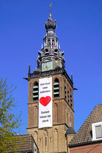 Nederland, Nijmegen, 15-4-2020  Vandaag werd aan de stevenskerk in nijmegen een grote vlag, banier, gehangen met daarop de tekst : een hart voor iedereen, samen  staan we sterk . Het is een oproep tot saamhorigheid in de coronacrisis .Foto: Flip Franssen