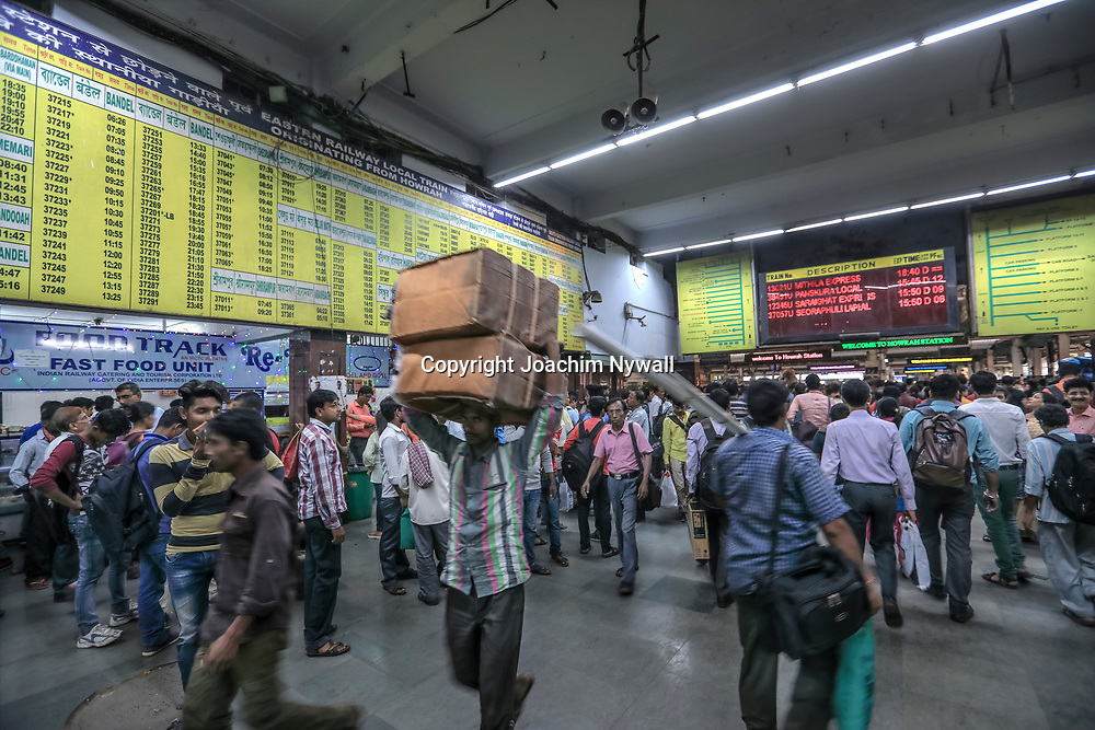 20171028 Kolkata Calcutta Indien<br /> Howrah järnvägsstation är en av indiens mest trafikerade och det myllrar av folk överallt.<br /> <br /> ----<br /> FOTO : JOACHIM NYWALL KOD 0708840825_1<br /> COPYRIGHT JOACHIM NYWALL<br /> <br /> ***BETALBILD***<br /> Redovisas till <br /> NYWALL MEDIA AB<br /> Strandgatan 30<br /> 461 31 Trollhättan<br /> Prislista enl BLF , om inget annat avtalas.