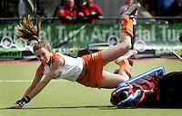 NLD-20050819-DUBLIN- EK HOCKEY dames. Halve Finale; Nederland-Engeland 2-0.Ellen Hoog gaat onderuit maar heeft de bal afgespeeld naar Sylvia Karres, die zal scoren (1-0).ANP FOTO/KOEN SUYK
