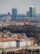 Im Vordergrund Häuser am Moldau Ufer in der Prager Innenstadt - im Hintergrund der Bau von Hochhäusern im Stadtteil Pankrac.<br /> <br /> In front old houses at the Vltava river - in the back skyscraper contructions at the Prague quater Pankrac.